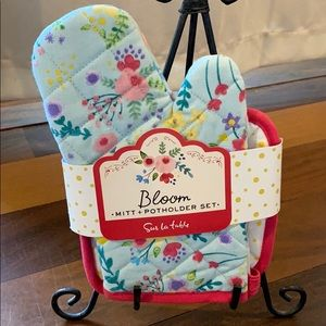 """Bloom"" Mitt and Potholder Set by Sur La Table."